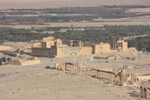 1024px-Palmyra,_view_from_Qalaat_Ibn_Maan,_Temple_of_Bel_and_colonnaded_axis
